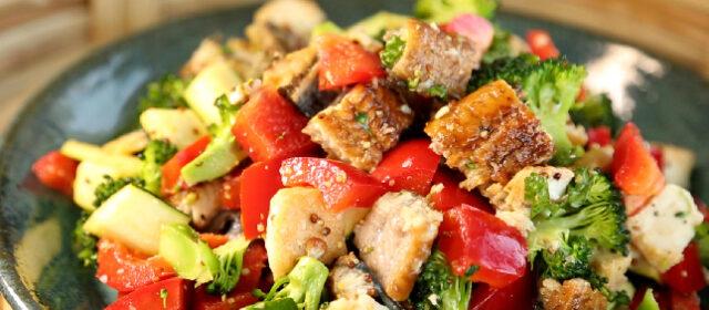 【土曜は何する】Atsushiのベジたんサラダ『うなぎと厚揚げとカラフル野菜のサラダ』のレシピ|シミ・しわ・たるみを改善