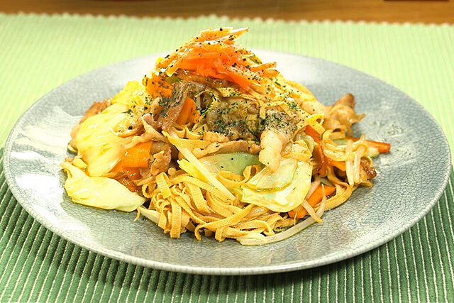 【家事ヤロウ】豆腐皮(トウフーピー)焼きそばのレシピ 業務スーパー爆売れ商品アレンジレシピ